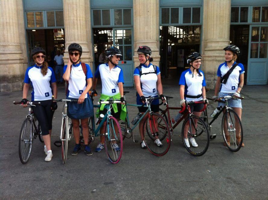 Au départ de la gare du Nord, parées de nos jerseys Booking.